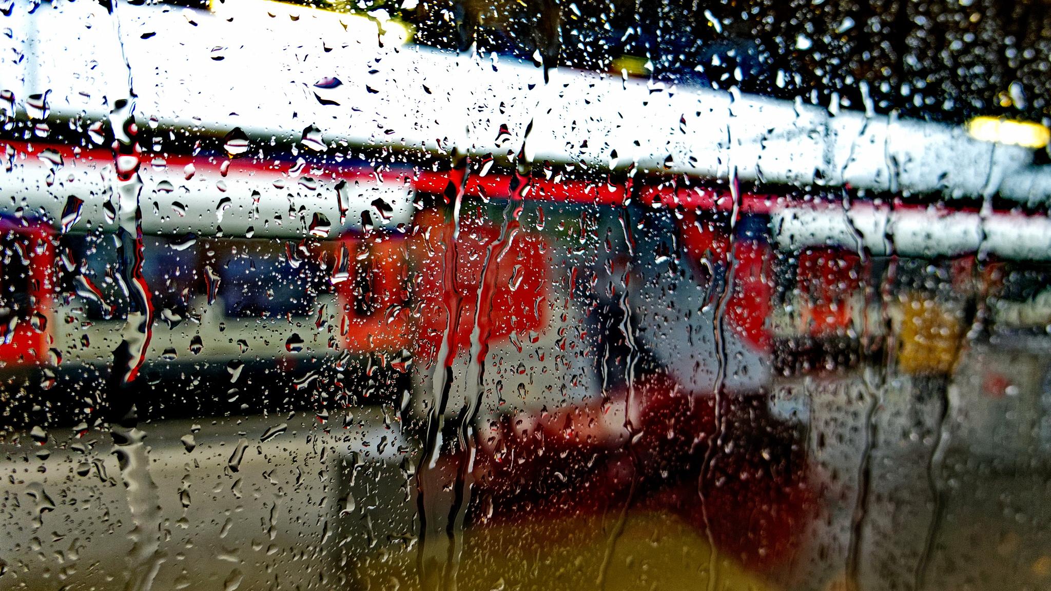 Bei Regen im Zug am Bahnhof